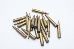 Cartuchos velhos 5 do rifle 56 milímetros em um fundo branco Fotos de Stock