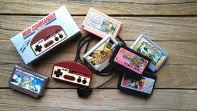 Cartuchos viejos de Hori Controller y de juego en fondo de madera fotografía de archivo libre de regalías