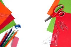 Cartulina colorida, lápices, tijeras rojas y clips de papel Imagen de archivo