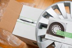 Cartulina con las nuevas cubiertas del eje del coche imagenes de archivo