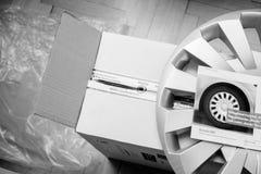 Cartulina con las nuevas cubiertas del eje del coche foto de archivo