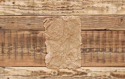 Cartulina en el fondo de madera Foto de archivo libre de regalías