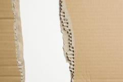 Cartulina hecha andrajos en el fondo blanco. Fotografía de archivo libre de regalías
