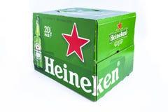 Cartulina verde de la cerveza de Heineken en el fondo blanco foto de archivo