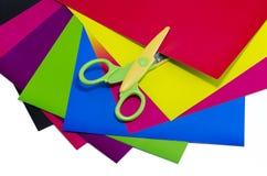 Cartulina y tijeras del color Imagen de archivo