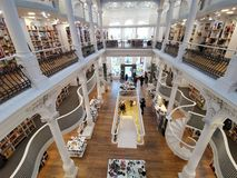 Carturesti bokhandel i Bucharest, Rumänien arkivfoto