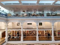 Carturesti bokhandel i Bucharest, Rumänien arkivbild