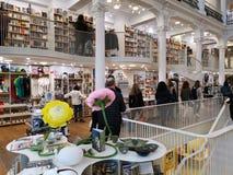 Carturesti bokhandel i Bucharest, Rumänien fotografering för bildbyråer