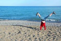 cartwheel κάνοντας το κορίτσι Στοκ εικόνα με δικαίωμα ελεύθερης χρήσης