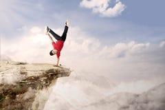 Cartwheel acrobático de la competencia en la montaña Imágenes de archivo libres de regalías
