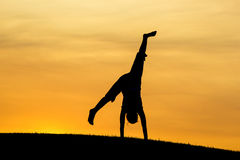 Cartwheel bij zonsondergang Stock Afbeeldingen