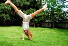 Cartwheel da menina Fotos de Stock Royalty Free