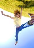 Cartwheel de la chica joven en la cima del mundo Imágenes de archivo libres de regalías