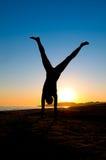 Cartwheel di giro della donna sulla spiaggia Immagine Stock Libera da Diritti
