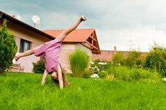 Cartwheel - divertimento no jardim Fotografia de Stock Royalty Free