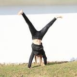 Cartwheel do treinamento da menina Foto de Stock