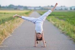 cartwheel dziewczyna robi ścieżek potomstwom fotografia stock