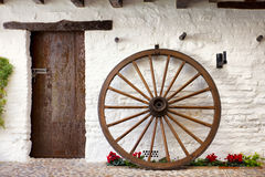 Cartwheel e porta de madeira no pátio andaluz Fotos de Stock