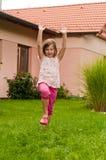 Cartwheel - menina no quintal Foto de Stock