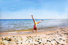 Cartwheel op het strand royalty-vrije stock afbeelding