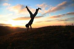 Cartwheel op zonsondergang royalty-vrije stock afbeeldingen