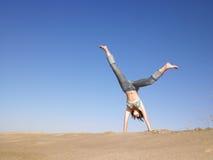 cartwheel som gör kvinnan arkivbilder