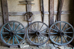 Cartwheels στον παλαιό τοίχο πλίθας ενός αγροτικού σπιτιού Στοκ Εικόνα