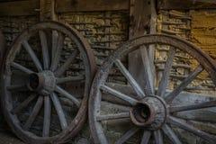 Cartwheels na parede velha do adôbe da casa da exploração agrícola Imagem de Stock