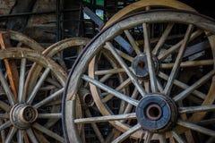Cartwheels na parede velha do adôbe da casa da exploração agrícola Foto de Stock Royalty Free