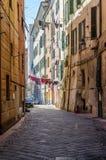 Caruggio, een steeg van Savona in Ligurië royalty-vrije stock foto