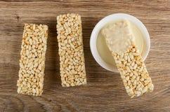 Carvão amassado dos arrozes tufados, arrozes tufados na bacia com leite condensado na tabela Vista superior fotos de stock