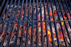 Carvão de incandescência na grade do BBQ fotos de stock royalty free