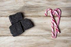 Carvão dos doces e bastões de doces em uma tabela Imagens de Stock