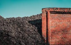 Carvão e parede de tijolo Imagem de Stock