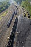 Carvão empilhado em carros de estrada de ferro fotografia de stock