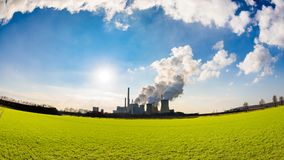 Carvão grande central elétrica ateado fogo fotos de stock