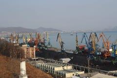 Carvão que segura no porto de Nakhodka Rússia imagens de stock