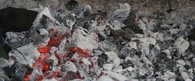 Carvão Smoldering Imagens de Stock Royalty Free