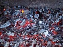 Carvão vegetal ardente brilhante para o cozimento do close-up fotografia de stock