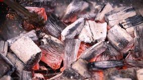 Carvão vegetal ardente encarnado que prepara-se para grelhar, grade do assado Preparação dos carvões no assado para cozinhar imagem de stock