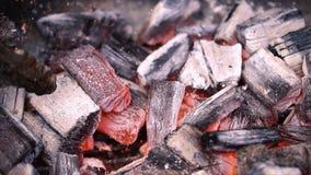 Carvão vegetal ardente encarnado que prepara-se para grelhar, grade do assado Preparação dos carvões no assado para cozinhar fotografia de stock royalty free