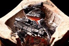 Carvão vegetal ardente no fogão velho Fotografia de Stock