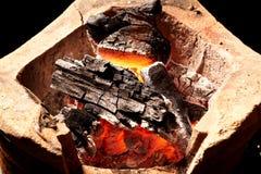 Carvão vegetal ardente no fogão velho Imagem de Stock