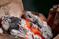 Carvão vegetal ardente no fogão velho Foto de Stock
