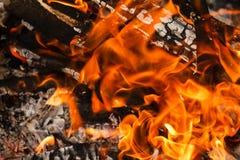 Carvão vegetal de queimadura e de incandescência do fundo do fogo da chama fotos de stock