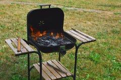 Carvão vegetal flamejante vazio fotos de stock