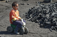 Carvão vegetal - menino dos queimadores Fotografia de Stock Royalty Free