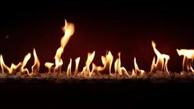 Carvão vegetal que queima-se lento com a chama alaranjada do fogo na chaminé confortável do log no fim bonito satisfying impressi filme