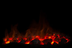 Carvão vegetal quente com fogo no fundo preto Imagens de Stock Royalty Free