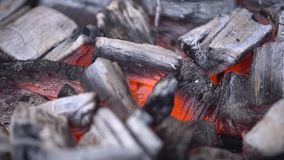 Carvão vegetal quente de incandescência na grade Pit With Flames do BBQ, close-up Os carvões ardentes fecham-se acima fotos de stock